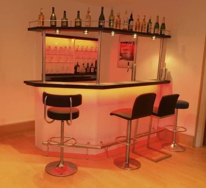 Hausbar Clearlight mit farbigen Licht und Flaschenbord Variante Rechts